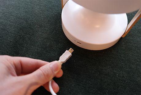 Follow-Me-woman-uppladningsbar-bordslampa-detaljvy4-Marset