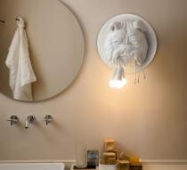 Lampe à fixer au mur en forme de tête de chier. Applique de la marque italienne Karman.
