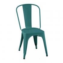 Assise dans un jolie vert canard ultra tendance. Cette chaise est la chaise A de chez Tolix.