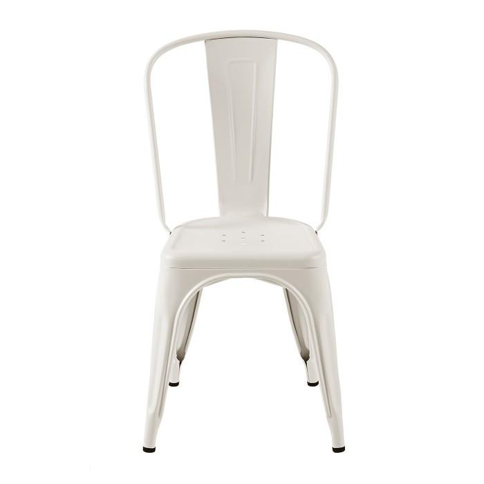 Chaise au design industriel, très tendance. La chaise est présenté de face en coloris gris soie mat. La marque est Tolix.