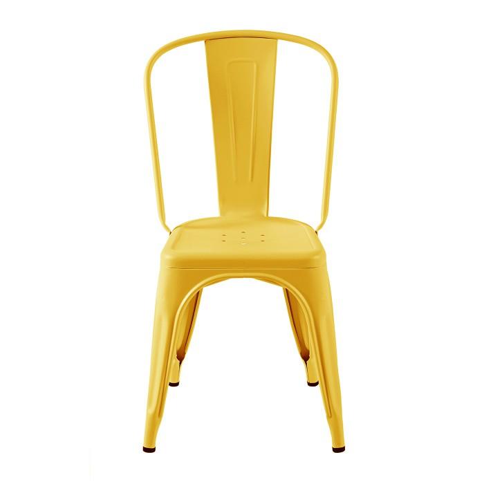 Chaise dans un coloris jaune moutarde très tendance. Tolix est une marque industriel.