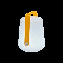 Lampe sur batterie Fermob avec sa poignée de couleur miel. Elle va aussi bien à l'extérieur qu'à l'intérieur ! C'est à vous de choisir sa couleur !