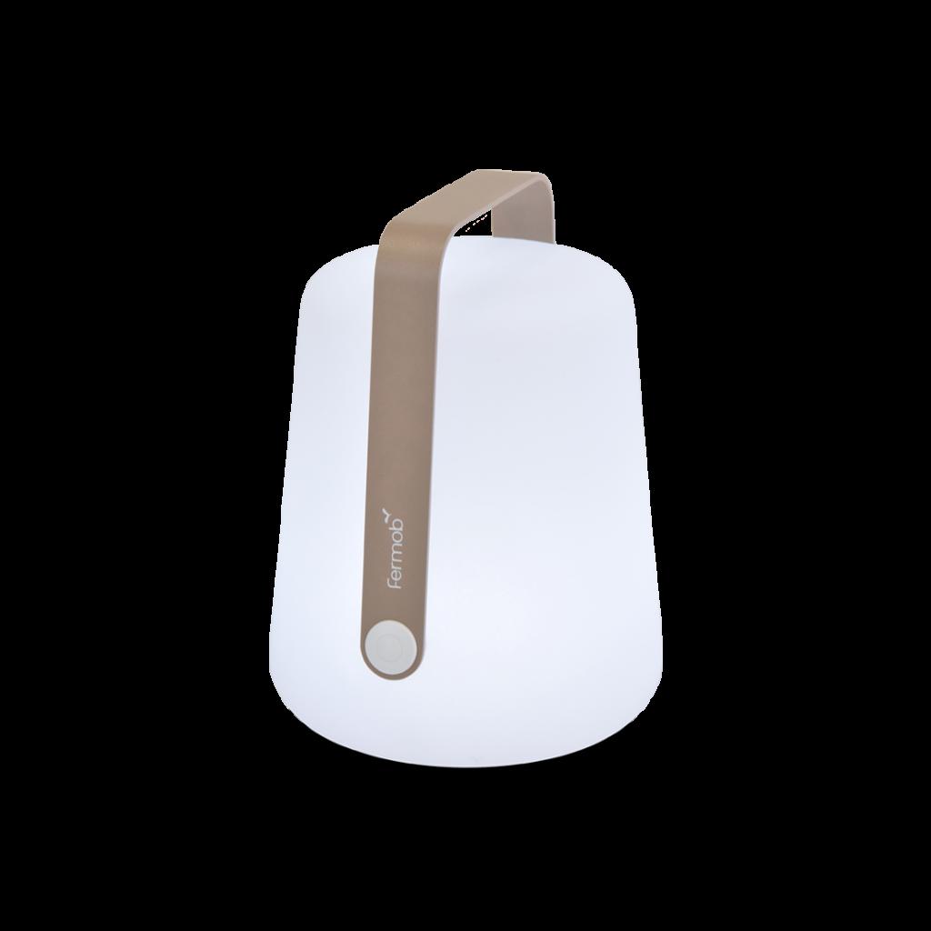 Lampe rechargeable Fermob Muscade. La couleur muscade est une tonalité  de beige désigné par Fermob. Cette petite lampe au design ludique avec son anse ira avec vous à la plage, pour l'apéro sur votre terrasse ou encore en veilleuse dans une chambre !