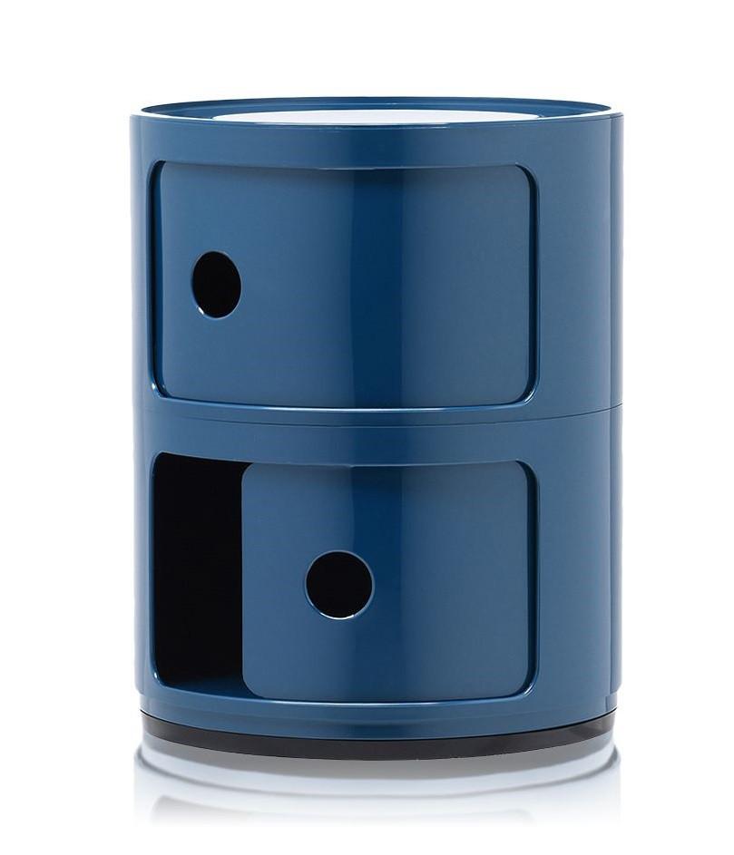 Casier de rangement avec portes coulissantes avec des lignes arrondies de la marque italienne Kartell. Il est affiché ici en bleu canard très tendance.