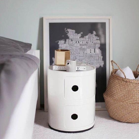 Table de nuit ronde blanc brillant avec tiroirs.